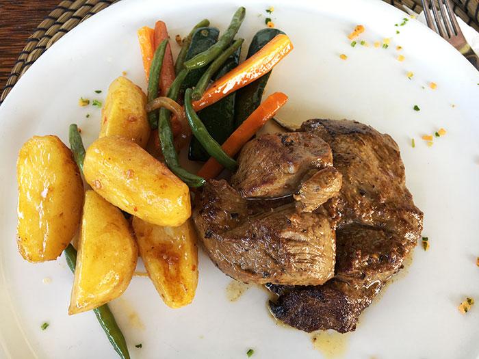 Piatto di carne al The Rock Zanzibar